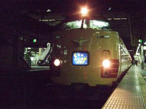 日付が変わり高崎駅に停車したムーンライトえちご