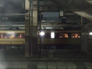 静寂に包まれた越後湯沢駅で運転停車 反対側には上りの「急行 能登」の姿が…