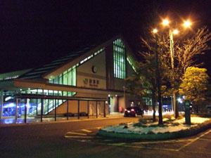 雰囲気のある未明の新津駅々舎