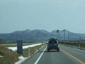 遠くに見える峰々も雪化粧