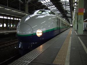 新潟駅13番線ホームで発車を待つ200系。