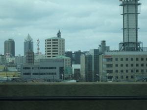 車窓に見えるNEXT21をはじめとした新潟市内の建物。