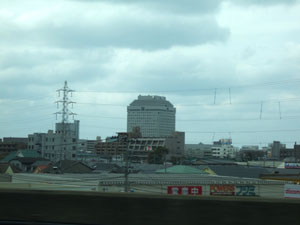 上越新幹線から望む新潟県庁。