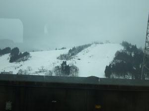 浦佐駅を出て車窓に見えたゲレンデ。