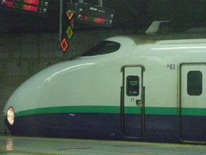 上野駅。200系が隣のホームに停車していた。