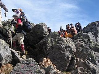 頂上は人がいっぱい