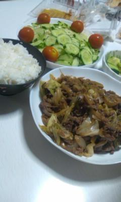 牛肉野菜炒めとサラダ
