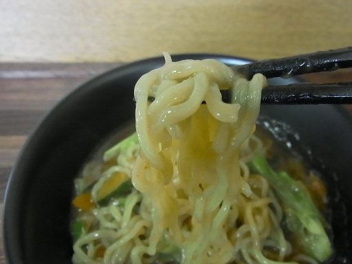 ややちぢれた中太麺