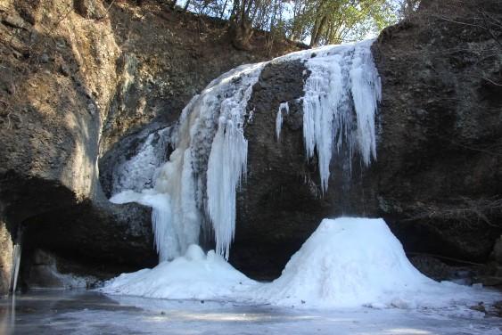 凍結する月待の滝