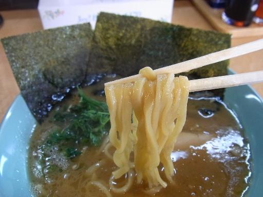 ストレートの平打ち中太麺