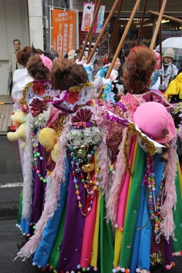 色鮮やかな衣装の囃人