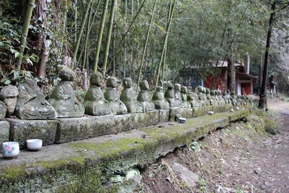 多くの石像