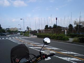 湘南港付近の公園前にて