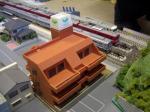 マンションと列車。珍しい組み合わせですね。