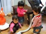 掃除機に群がる子供たち