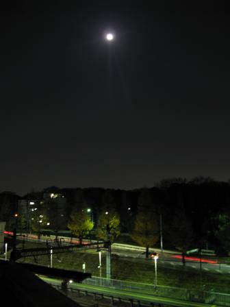IMG_3610満月と駅