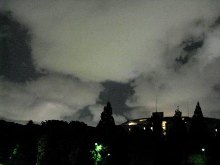 、生ぬるい初夏の夜の雲