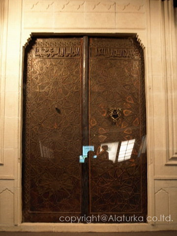 モスクの巨大なドアが丸ごと展示…