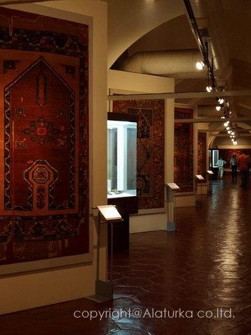本物アンティークの絨毯が飾られた回廊