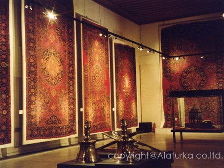 巨大な絨毯が展示されたホール