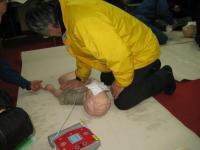 小さい子どもの場合は片手で圧迫します。