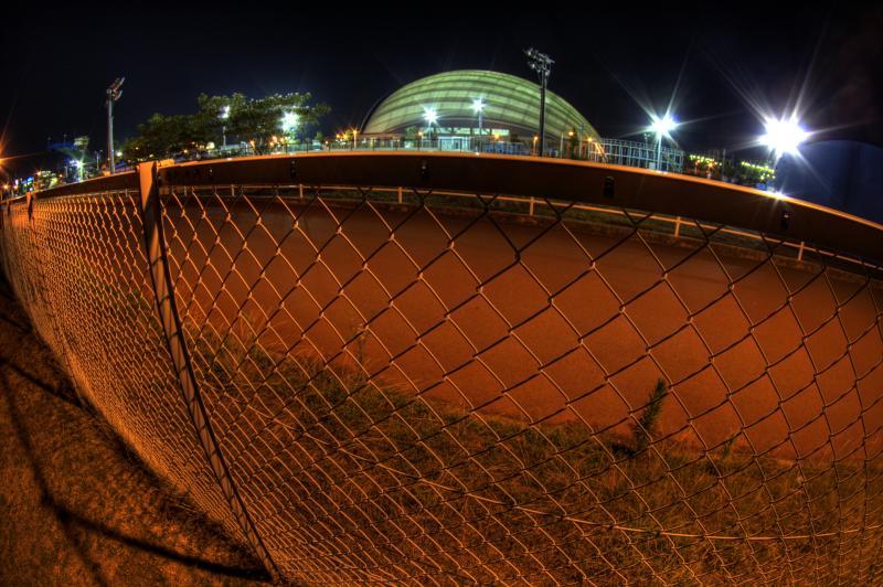 フェンスの向こうのドーム