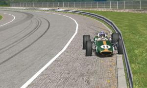 3周目1コーナーでガードレールに接触
