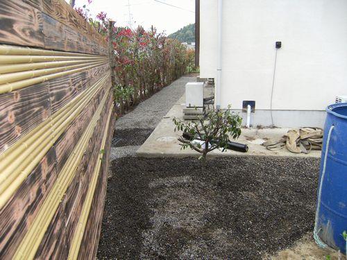 板塀と砂利敷き 028