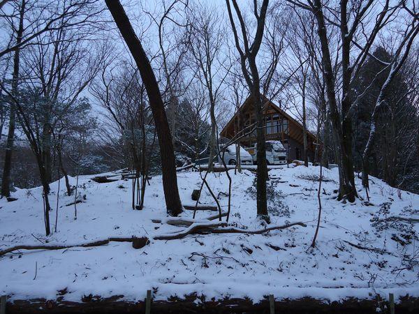 雪の中道路から別荘
