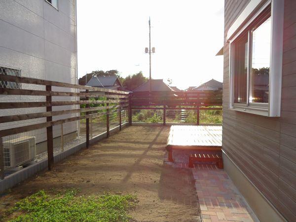 ヒノキのウッドデッキとウッドフェンス