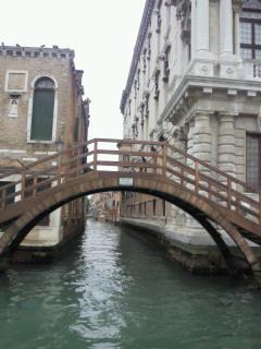 小さな運河にかかる橋