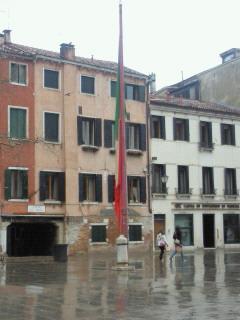 雨にぬれてしょぼしょぼの三色旗