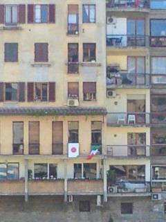 アルノ川沿いのイタリア国旗と日本国旗