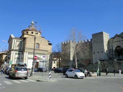 サンタ・マリア・デッレ・カルチェリ教会と皇帝の城