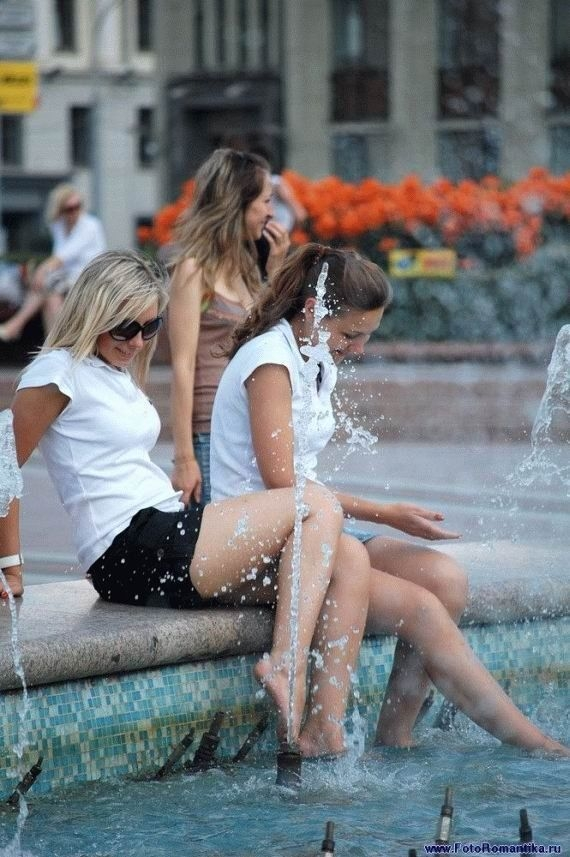 girlsfountain393081.jpg