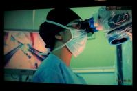 顕微鏡を見ながらの外科手術