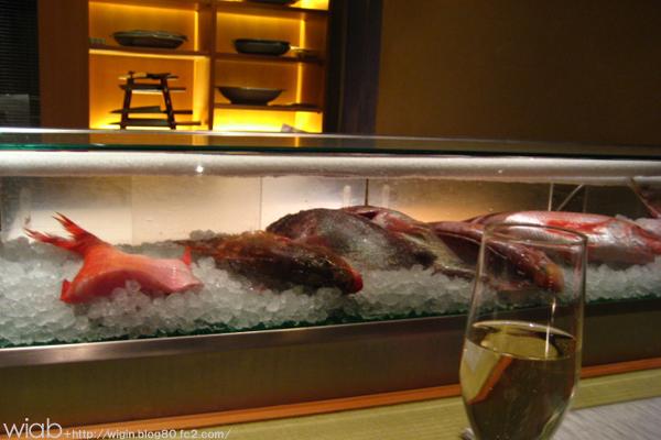 カウンターの前には魚がずらーー