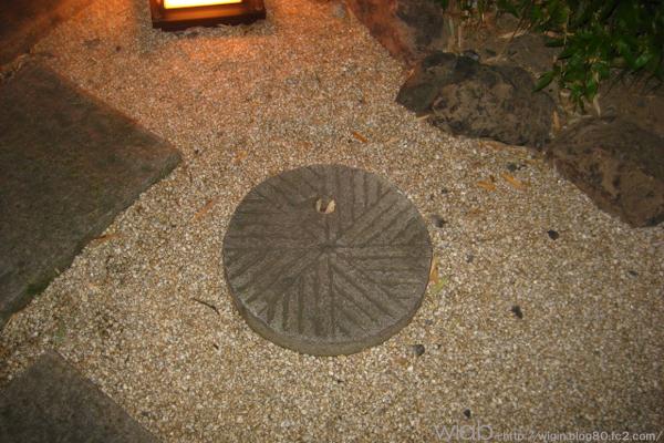 蕎麦の殻をとる石?? これを入り口に埋めてありました。