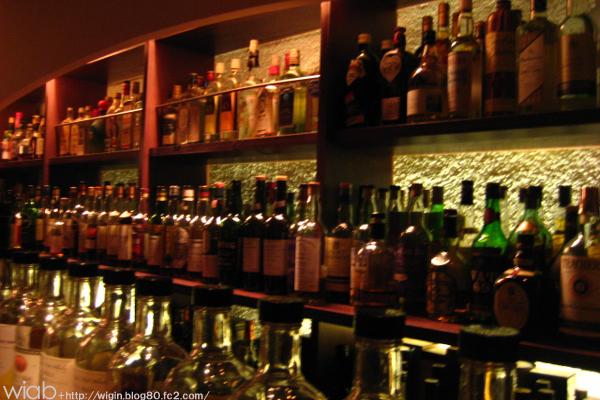 料亭のバーだけあってお酒の量がすごいね