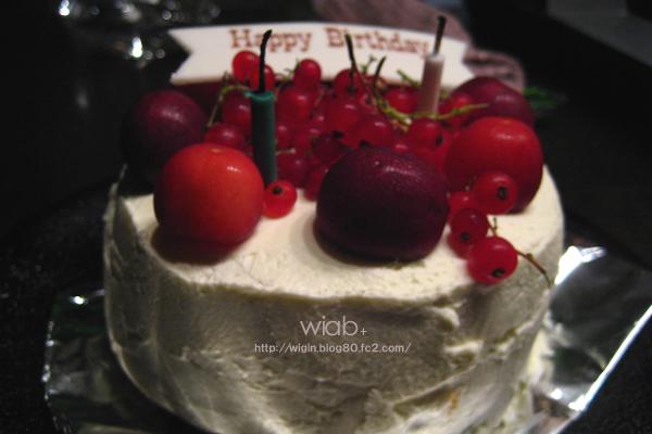 こちらケーキです♪ ありがたや☆ この実の名前ナンだっけな~?? すごい美味しかった。 今はなかなか獲れないものなんだって