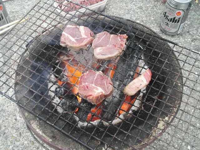 猪肉焼いてます!!