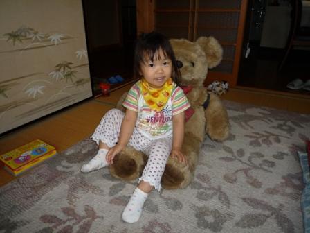 熊にだっこする