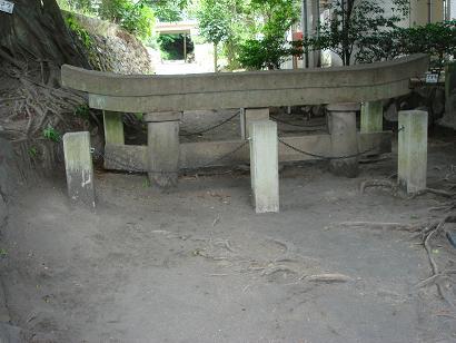 噴火で埋まった神社