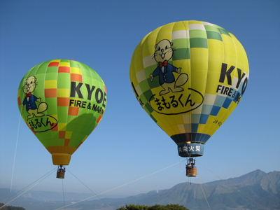 青空に浮かぶ熱気球