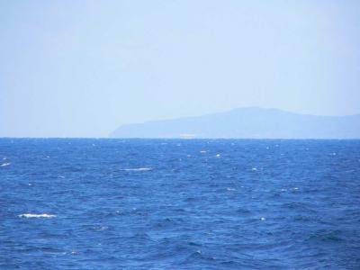 写真キャプション=日本海に浮かぶ佐渡の遠景