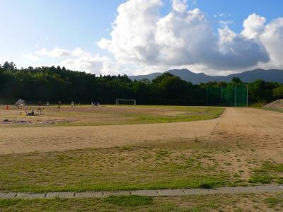写真キャプション=甲子園につながっている佐渡高校のグランド。野球部はこの何もないグランドで練習を行なっている
