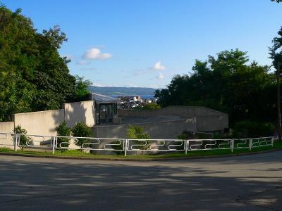 写真キャプション=佐渡高校グランド入口からの眺望。遠くに海が見える。