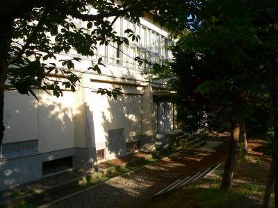 """写真キャプション=建て替わってしまった""""講堂""""。昔はここが剣道部の練習場であった"""