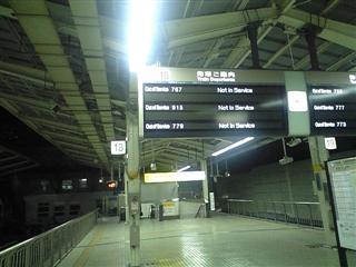 夜の新幹線ホーム