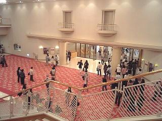 090528_00008宝塚大劇場・ロビー内階段より